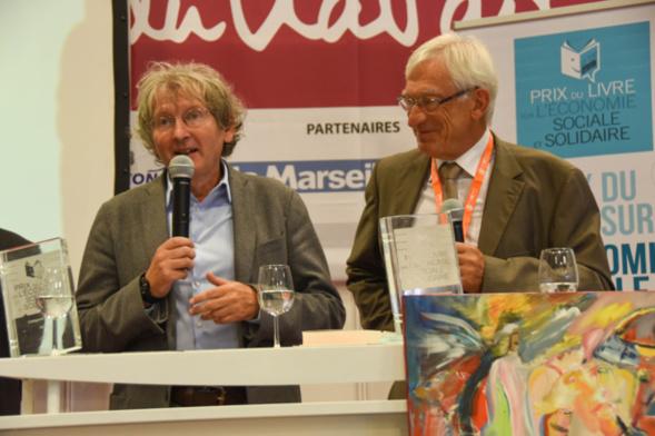 """Hervé Defalvard vient d'apprendre que son livre """" La révolution de l'économie, en 10 leçons """" (Edit. de l'Atelier) a été récompensé dans la catégorie """"Experts"""" sous le regard bienveillant du président du Jury, Roger Belot - photo Catherine Cros -"""