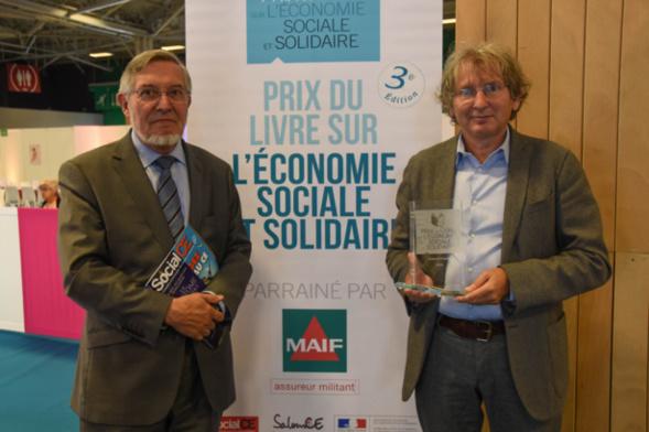Le magazine Social CE dans les mains de Jean Auroux, lecteur assidu, est le partenaire Presse depuis la création du Prix - photo Catherine Cros -