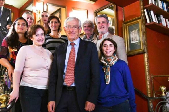 Le jury 2017 et l'équipe organisatrice en bas des marches du célèbre escalier du Procope. Marie-Martine Lips a rejoint les jurés pour le vote - Photo Catherine Cros