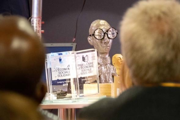 Trophées et sculptures pour les lauréats... fenêtre sur l'art ! Photo Catherine Cros -