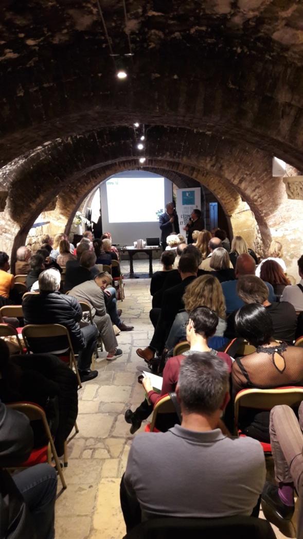 Une assistance attentive sous les voûtes pleines d'histoire du Musée du Vin - Photo Agence de Relations Presse -