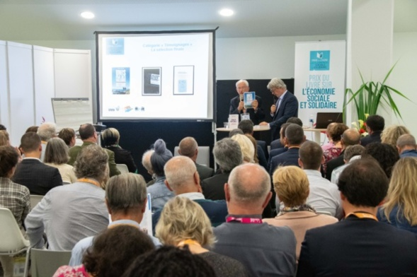 Le président du Jury a présenté tous les ouvrages sélectionnés à la nombreuse assistance présente - Photo Catherine Cros
