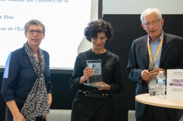 Annick Valette, administratrice de la MAIF et Roger Belot ont remis le trophée en cristal d'Arques à la lauréate - Photo Catherine Cros
