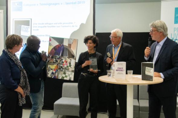 Majdouline Sbai reçoit le tableau réalisé par Jean-Baptiste Kandodj.S, l'artiste 2019 choisi par le Toit Citoyen - Photo Catherine Cros