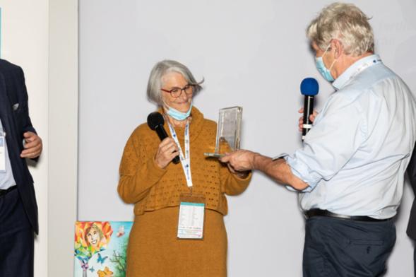 Les mains fertiles... de Patrick Viveret, juré fidèle et l'un des experts les plus écoutés en matière d'ESS lui ont remis le trophée en cristal à la lauréate qui l' tout de suite dédié à ses équipiers et à ce quartier de Fontbarlettes à Valence - Photo : Jacques Martin -