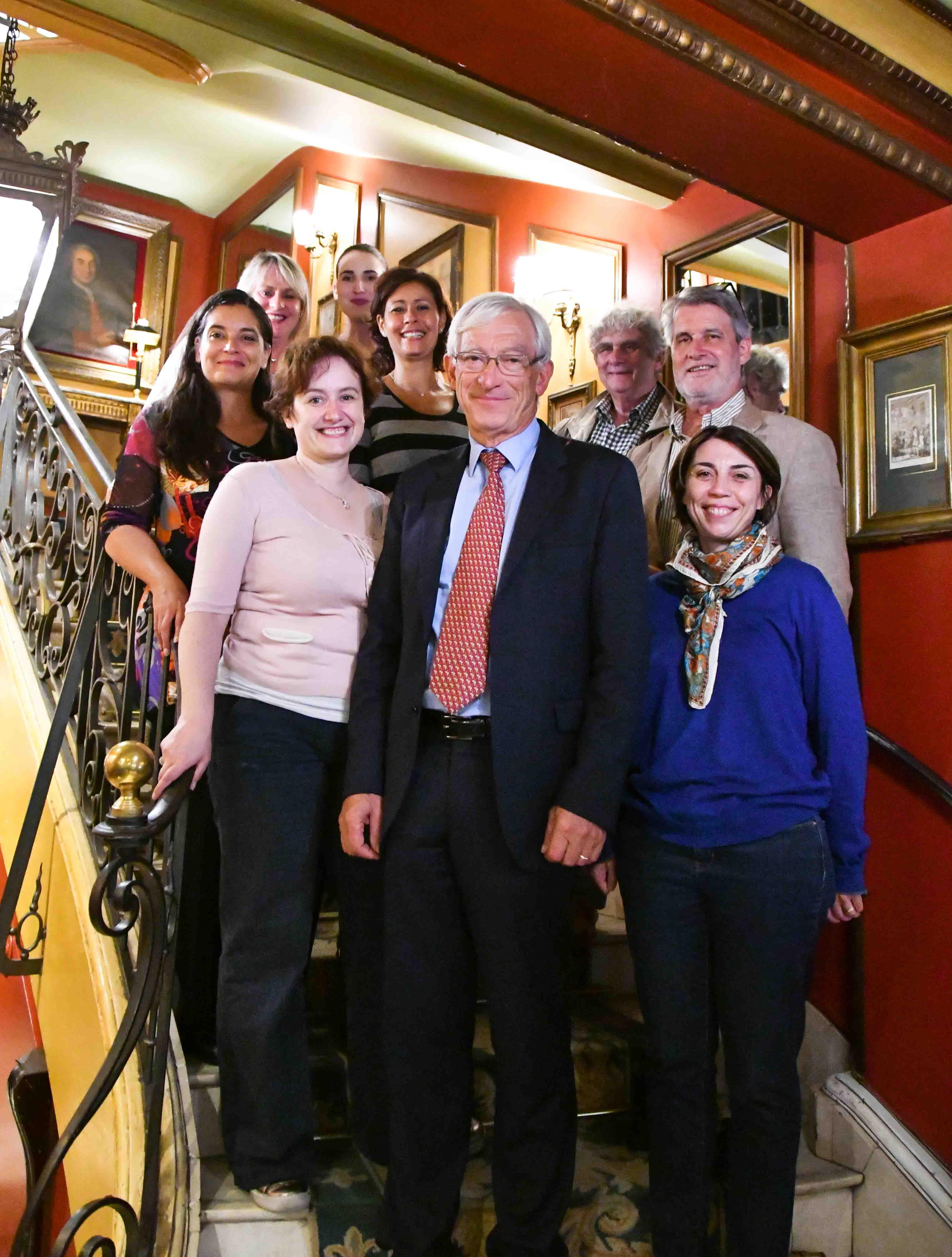 En bas du célèbre escalier du Procope, le président du jury Roger Belot est entouré de tous les jurés et des organisateurs. Photo : Catherine Cros