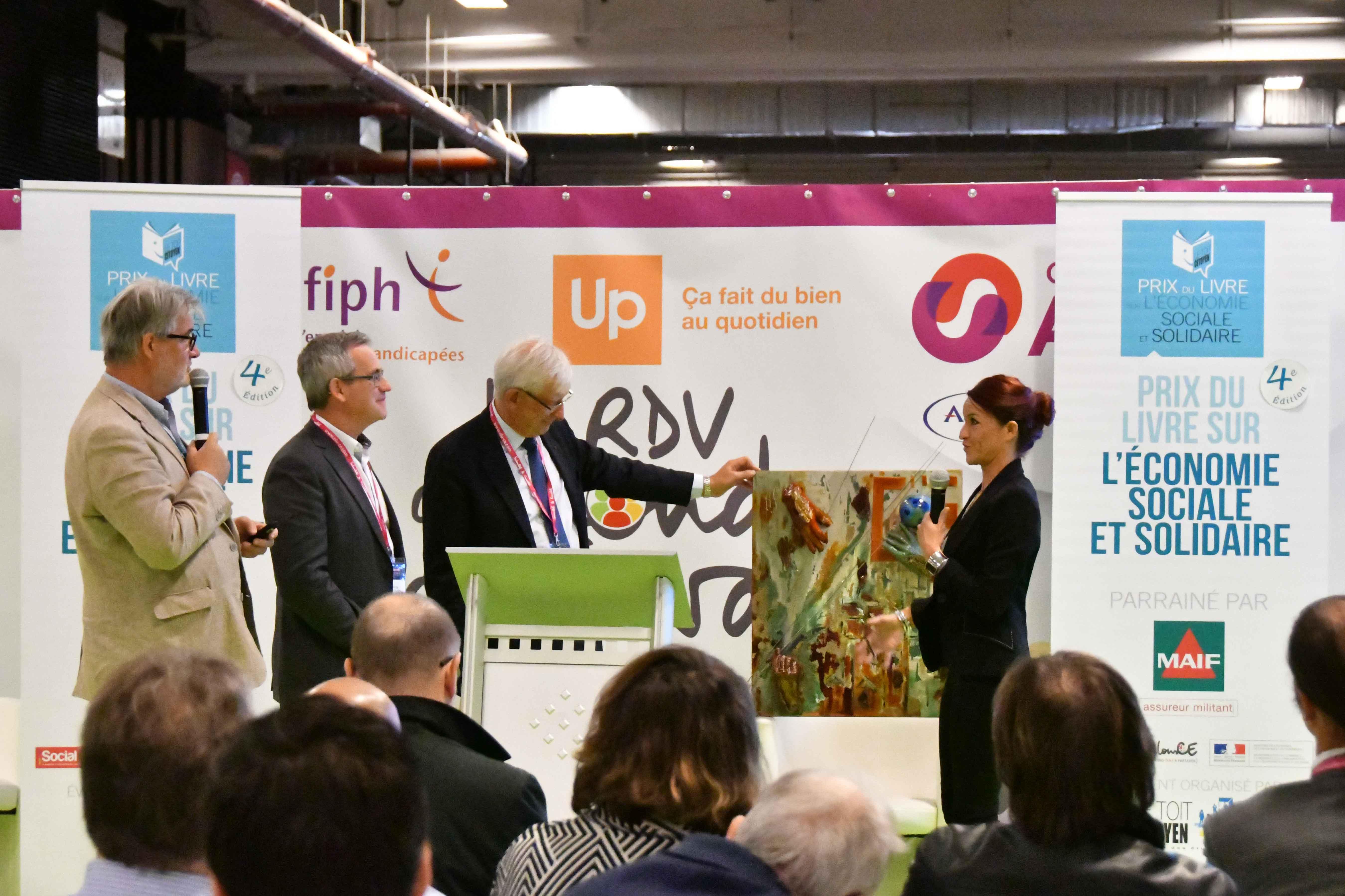 Roger Belot apprécie le talent de Delphine Laurent et n'oublie pas que la MAIF organise depuis 10 ans un prix pour la sculpture (plasticien ayant accès au bronze) décerné en 2016 à François-Noé Fabre. Photo : Catherine Cros.