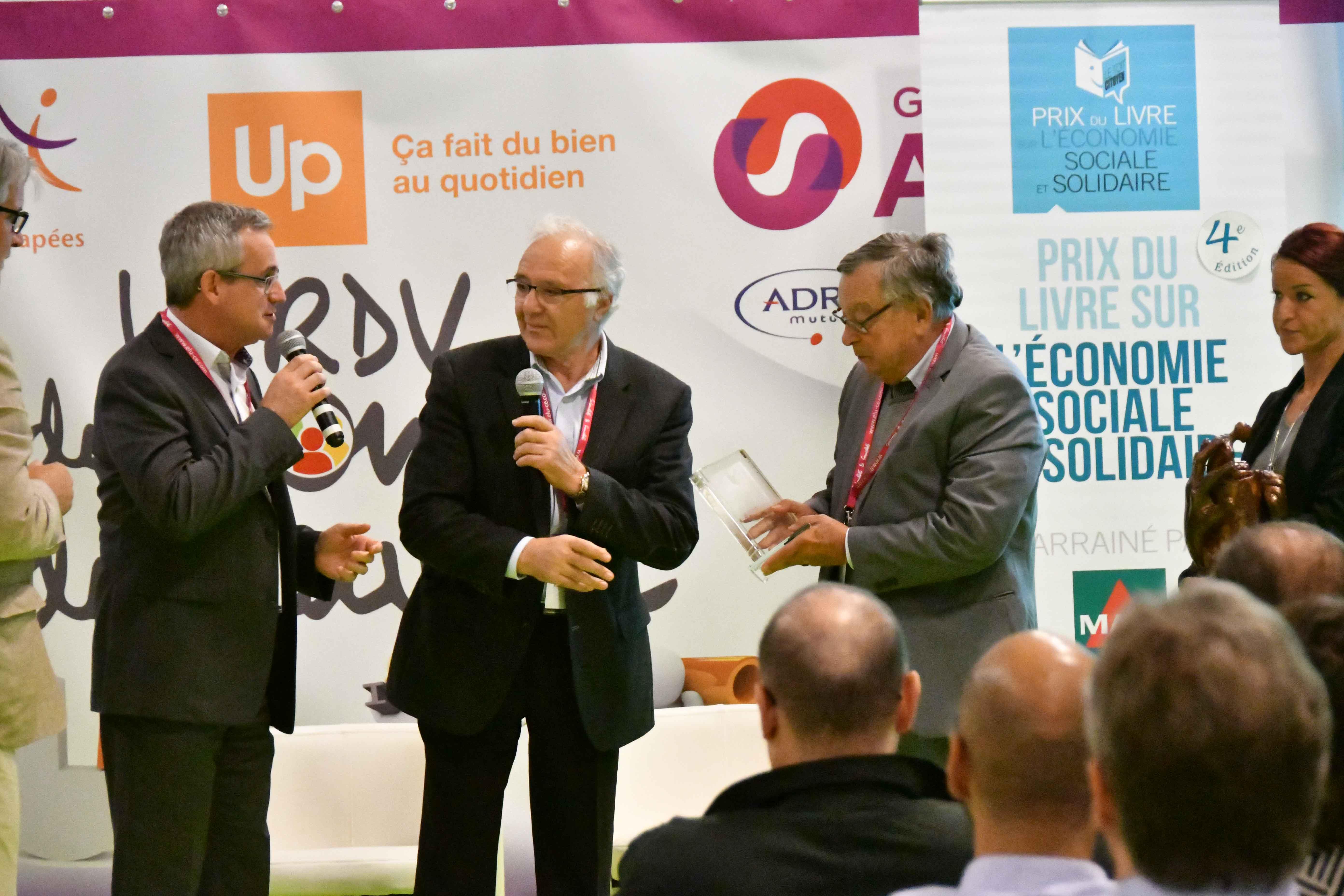 Thierry Monminoux vient de remettre le trophée aux auteurs en se félicitant du choix du jury. Photo : Catherine Cros.