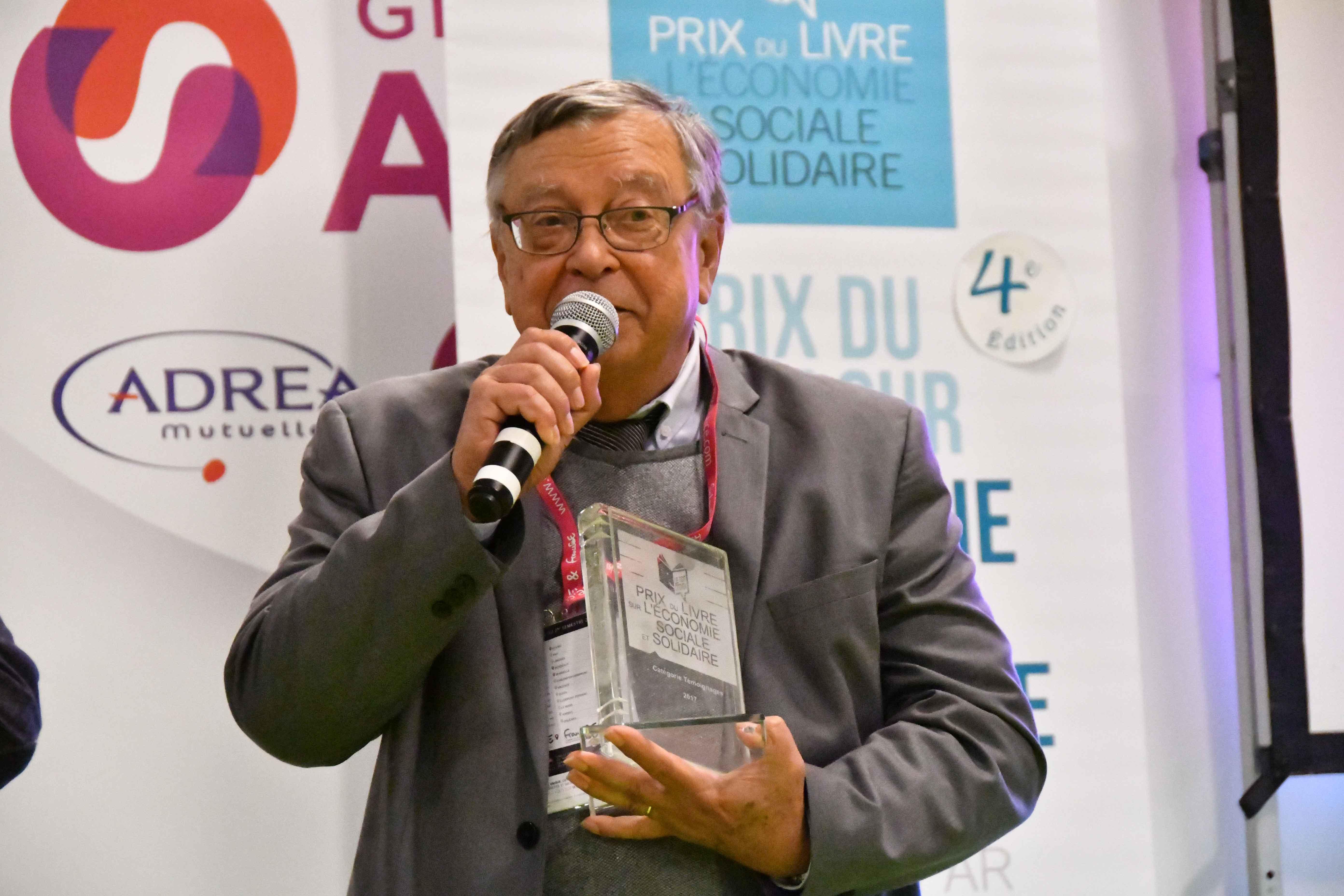 """Michel Porta remercie les CE du Toit Citoyen et salue l'éditeur de sa confiance; """" Il y a 50 ans que je n'avais pas gagné un prix..."""" Photo : Catherine Cros"""
