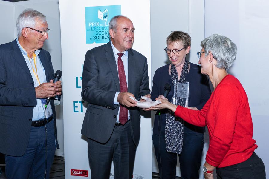 L'artiste du Prix, Kristel Leclerq, donne la main...sculptée, cadeau choisi par le Toit Citoyen pour honorer Roland Berthillier - Photo : Jacques Martin -