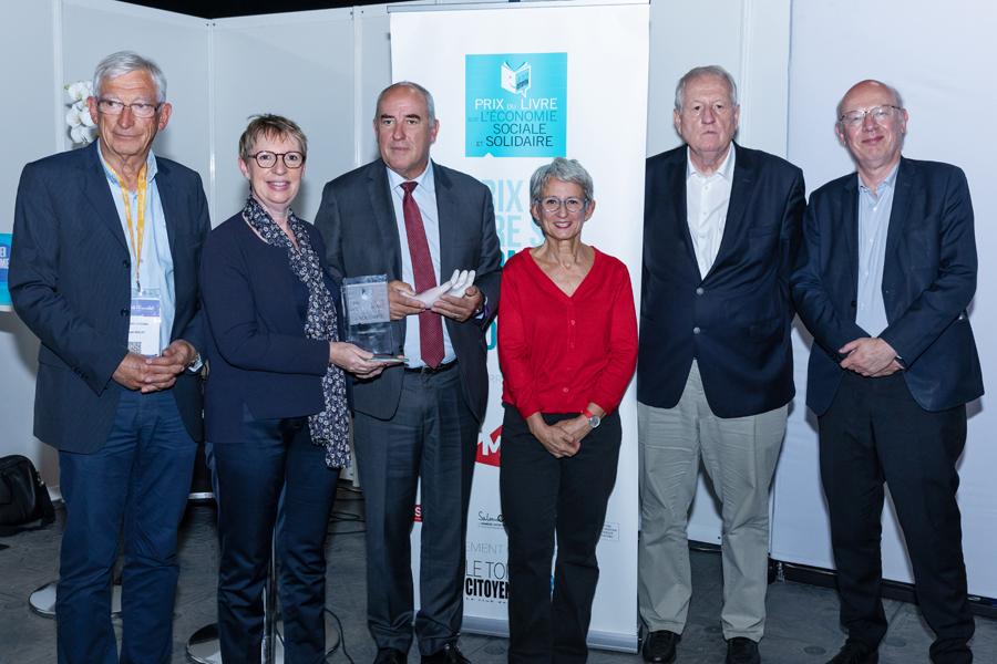 Les éditeurs Luc Jacob-Duvernet et Jean-Daniel Belfond (à droite) fondateur et patron des Editions de l'Archipel, maison récompensée pour la première fois dans l'histoire du Prix ont complété la photo de famille autour de Roland Berthilier - Photo : Jacques Martin -