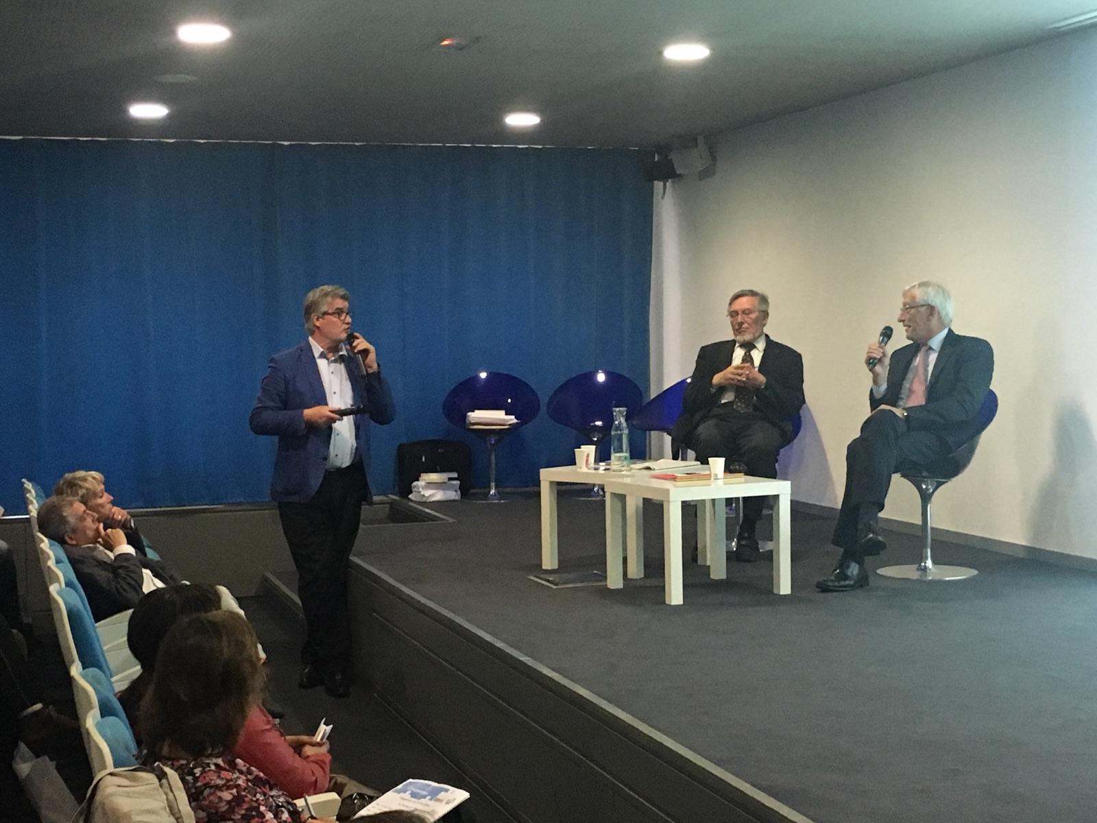 Roger Belot (à droite) présente la 3ème édition du Prix parrainé par la MAIF dont il est le président d'honneur sous les yeux de Jean Auroux, ancien ministre du travail et parrain du Club des CE Citoyens...