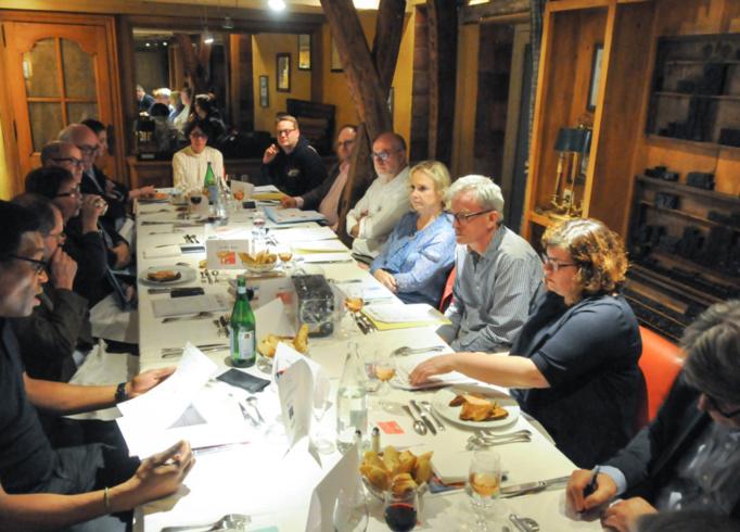 En bas à gauche, Jean-Michel Socrier, un des plus anciens membres du Club des CE Citoyens, exprime ses choix lors d'un tour de table passionné et très professionnel - Photo Catherine Cros