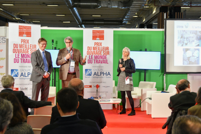 Alain Petitjean et Patrick Gobert présentent l'artiste choisie pour récompenser le prix cette année : Anmarie Léon, sculpteur à Baulne (Essonne). Photo : Catherine Cros.