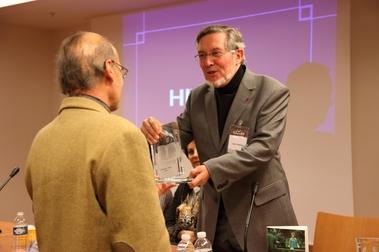 Jean Auroux remettant son prix à Yves Clot