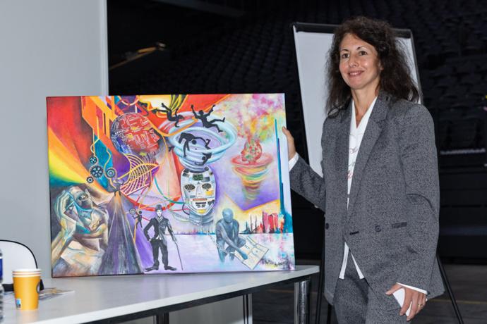 Focus sur Astrid Hurard, artiste dédiée au prix 2020/2021. C'est l'un des deux tableaux offert aux lauréates qui illustrent le monde du travail. Astrid Hurard est une ancienne élue de CE qui se consacre à la peinture depuis quelques années. Elle avait déjà participé au Prix de l'ESS l'an passé - Photo : Jacques Martin -