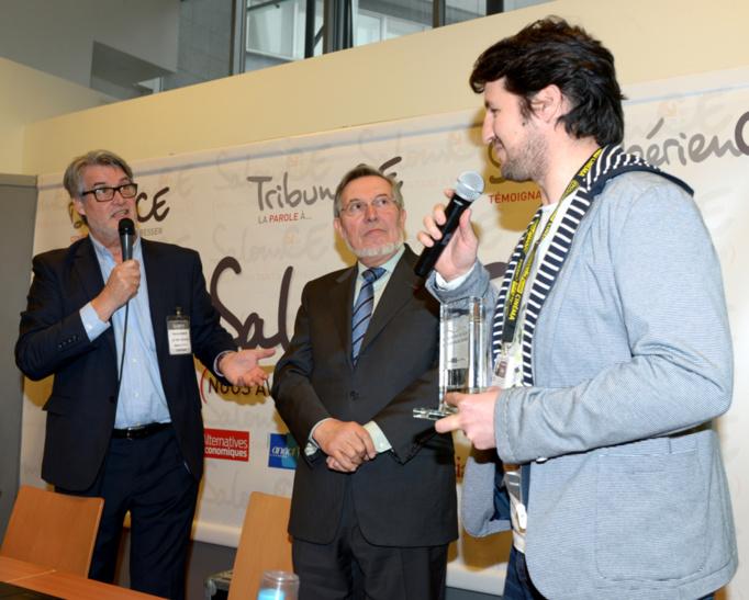 Jean Auroux, ancien ministre du travail et président du Jury vient de remettre le trophée à Cédric Gentil qui répond aux questions de Patrick Gobert... Photo : Patrice Lecourt