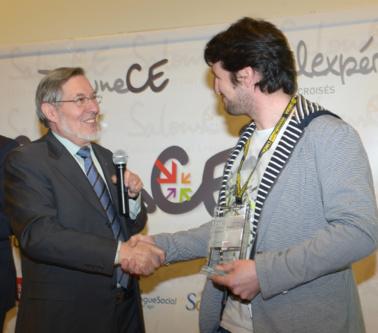 L'ancien ministre du travail Jean Auroux, président du Jury, félicite chaleureusement Cédric Gentil. Photo : Patrice Lecourt