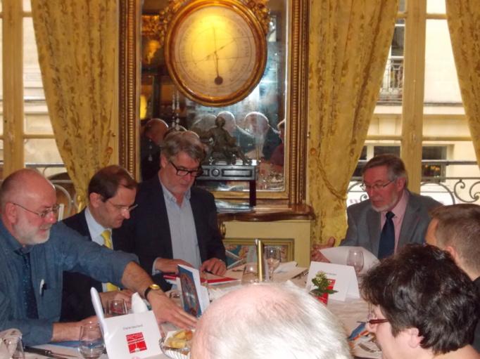 """Jean Auroux, à droite, a salué le choix du livre récompensé dans la catégorie """"Salariés"""" et à souhaité que la production """"Experts"""" soit moins """"universitaire"""" pour la prochaine édition..."""