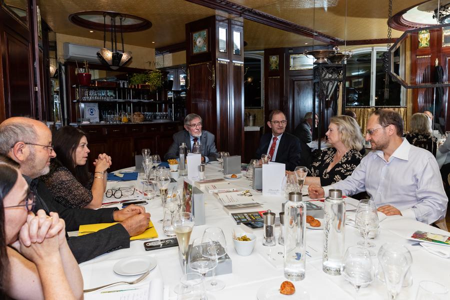 Le Jury échange avant de faire le premier tour de table - Photo : Jacques Martin -
