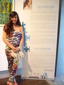 Defne Yildirim Chir à l'entrée de son exposition, dans la Galerie Coup de POuce du Toit Citoyen