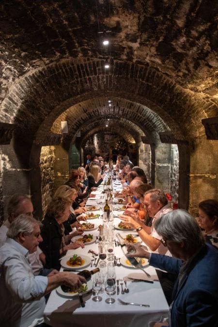 La Matinée s'est achevée comme à l'habitude par un repas convivial dans les caves du Musée et exceptionnellement pour l'occasion sur une seule et même table de près de 60 couverts - photo Catherine Cros -