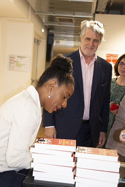 Chaque participant est reparti avec l'ouvrage primé offert par le Club des CE Citoyens - Photo Gina Tronville