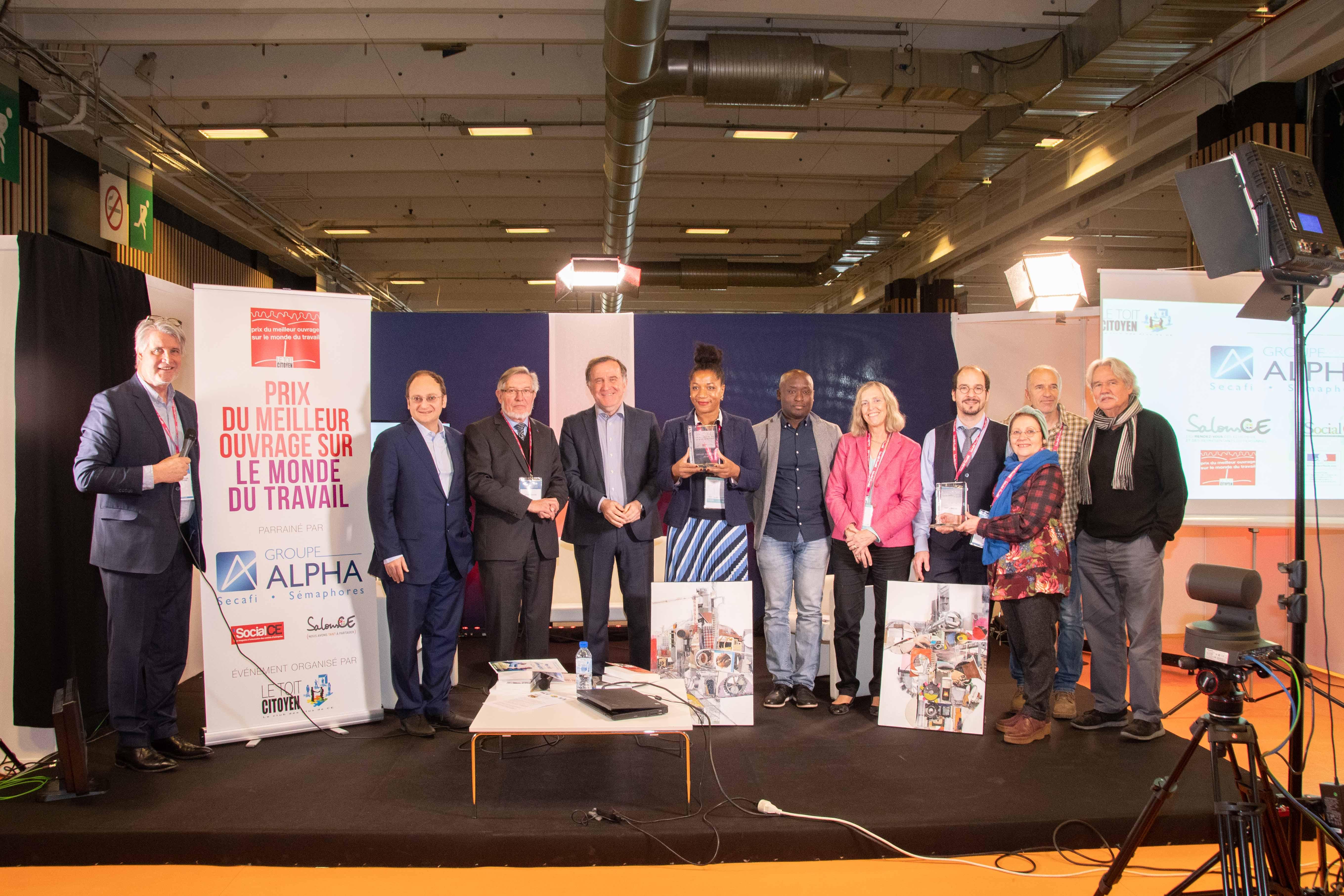 La ministre du travail, Myriam El Khomri, entre Margaux Gilquin, une des lauréates du Prix du Meilleur Ouvrage sur le Monde du Travail 2017 et Pierre Ferracci, président du Groupe Alpha, parrain de la manifestation le 25 avril à l'Aquarium de Paris.