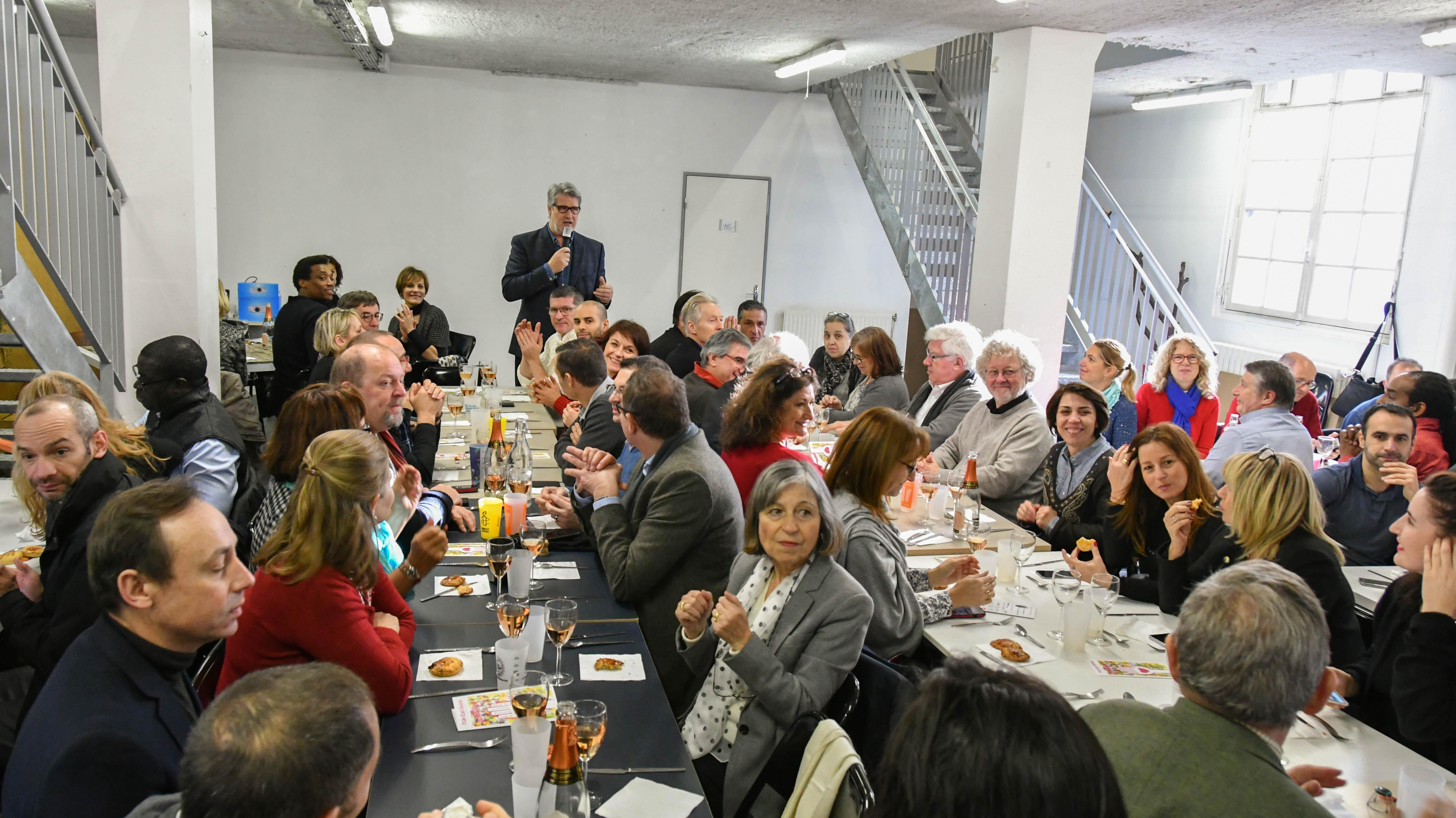 """Près de 100 personnes ont partagé un repas de fête et ont assisté à une performance superbe de la troupe de théâtre d'improvisation """" Le Grand Showtime """" - photo Catherine Cros."""