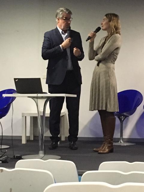 La réalisatrice explique aux CE et aux partenaires du Toit Citoyen comment on peut organiser une projection -débat dans son entreprise - Photo Agence Relations Presse -